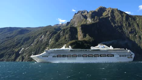 New-Zealand-Milford-Sound-Cruise-Ship-Leaves