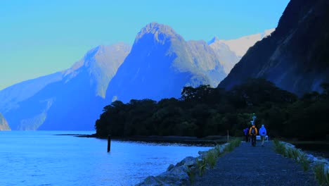 New-Zealand-Milford-Sound-Hikers