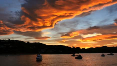 Nueva-Zelanda-Moeraki-Atardecer-Brillante-Naranja-Nubes