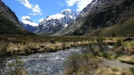Río-Nueva-Zelanda-Y-Nieve-En-El-Fiordo-De-Montaña