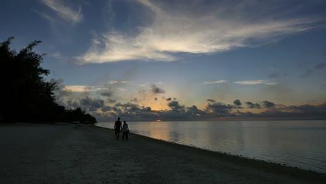 Aitutaki-Couple-Holding-Hands-At-Sunset