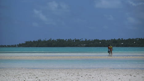 Aitutaki-Couple-On-Sand-Bar-In-Lagoon