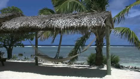 Aitutaki-Hammock-Swaying