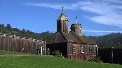 Kalifornische-Fort-Ross-Russische-Kirche-Mit-Mann-Der-Bell-Anschaut