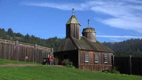 Kalifornische-Fort-Ross-Russische-Kirche-Mit-Männern-Die-Glocke-Inspizieren