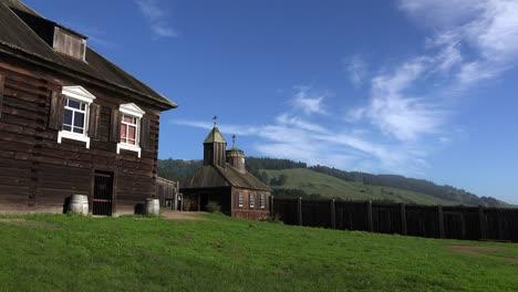 Kalifornien-Fort-Ross-Kirche-Mit-Geiern-Im-Himmel