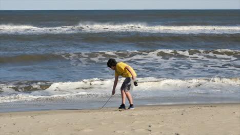 Virginia-Boy-Dibuja-En-La-Playa-Por-Las-Olas