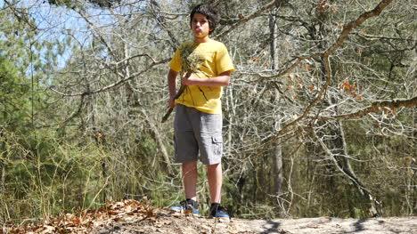 Virginia-Boy-En-Una-Camisa-Amarilla-Camina
