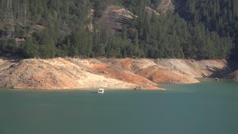 California-Shasta-Lake-Con-Bajo-Nivel-De-Agua-Y-Barco