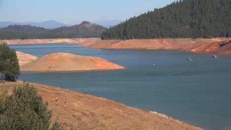 California-Shasta-Lake-Con-Bajo-Nivel-De-Agua-Y-Lapso-De-Tiempo-De-Barcos