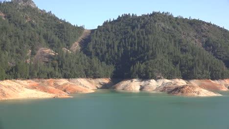 California-Shasta-Lake-Con-Bajo-Nivel-De-Agua-Y-Bosque-Por-Encima