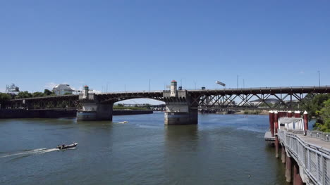 Oregon-Portland-Burnside-Bridge-Motorboat
