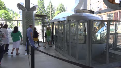 Oregon-Portland-People-Get-On-Cable-Car