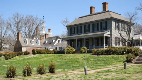Virginia-Colonial-Williamsburg-House-On-A-Grassy-Rise