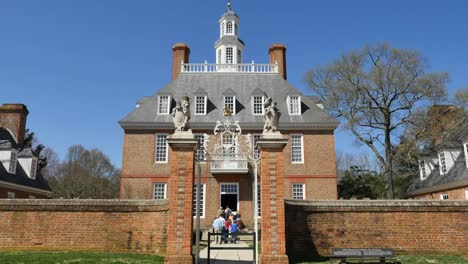 Virginia-Colonial-Williamsburg-Tourists-Enter-Governor-s-Palace