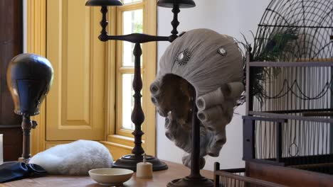 Virginia-Colonial-Williamsburg-Wig-On-Stand-Pan-And-Zoom