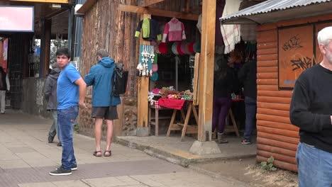 Chile-Coyhaique-Personas-Caminando