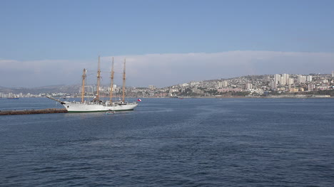 Chile-Valparaiso-Pans-And-Zooms-On-Schooner