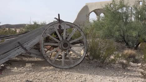 Texas-Terlingua-Old-Wagon-Wheel-Zooms-In