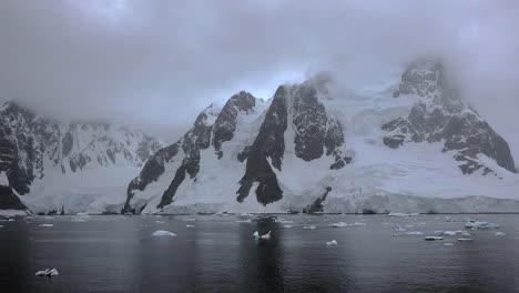 Antártida-Lemaire-Cuernos-Glaciados-Y-Trozos-De-Hielo