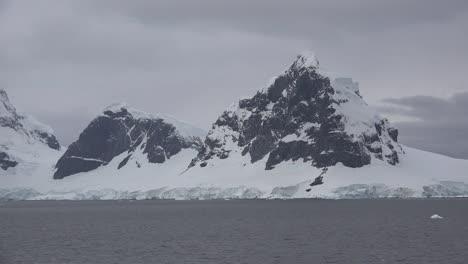 Antártida-Cuerno-De-Lemaire-En-La-Entrada-Del-Canal