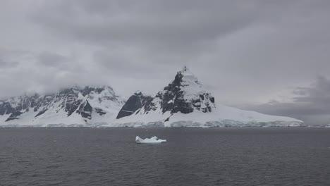 Antártida-Cuerno-De-Lemaire-Con-Pequeño-Iceberg
