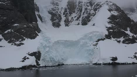 Antártida-Lemaire-Pasando-Roca-Y-Hielo