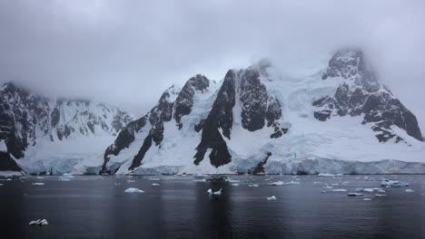 Antártida-Lemaire-Rocas-Nieve-Y-Reflejos