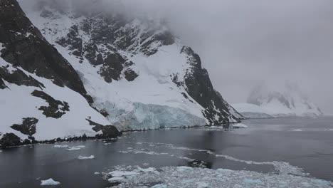 Antártida-Lemaire-Pequeños-Trozos-De-Hielo-Y-Rocas