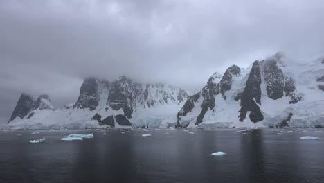 La-Antártida-Lemaire-Se-Acerca-A-Las-Rocas-Y-La-Nieve-Con-Hielo