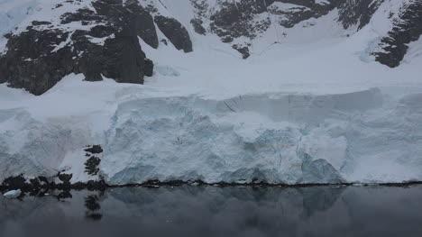 La-Antártida-Lemaire-Se-Acerca-Al-Hielo-De-La-Costa