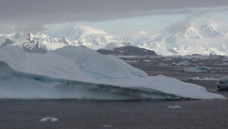 Antarctica-Palmer-Archipelago-Distant-Mountains-Zooms-Out