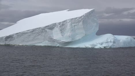 Antarctica-Palmer-Archipelago-Moving-Iceberg