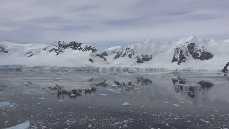Antarctica-Floating-Ice-And-Mountain-Reflections