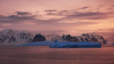Antártida-Navegando-A-La-Luz-Del-Atardecer