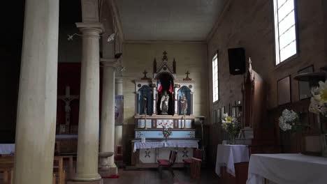 Chile-Chiloe-Chonchi-Iglesia-Con-Virgen-Y-Santos-Acercar