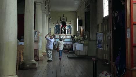 Chile-Chiloe-Chonchi-Turistas-Dentro-De-La-Iglesia-Acercar