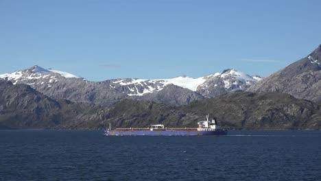 Chile-Estrecho-De-Barco-Magallánico-Navegando-Por-Montañas