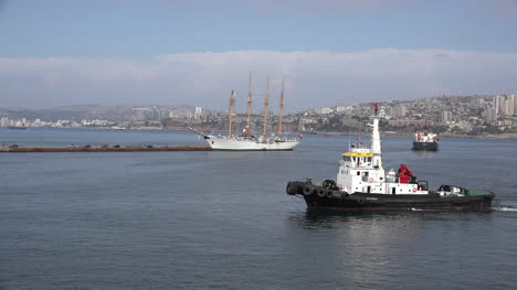 Chile-Valparaiso-Pilot-Boat-Goes-By