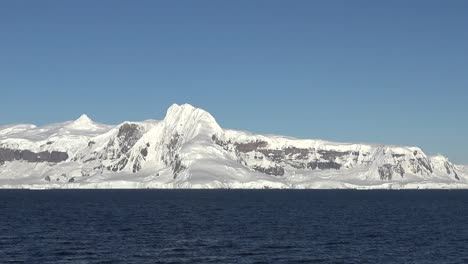 Antarctic-Pans-Blue-Sky-Over-Snowy-Mountain