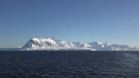 Antarctica-Mountains-Along-Neumayer-Channel