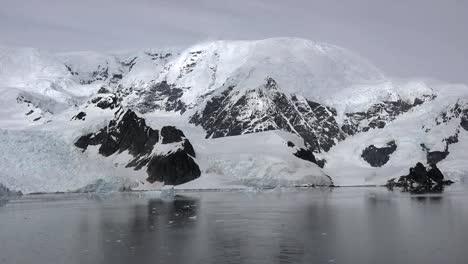 Antártida-Rocas-Negras-Y-Glaciar-De-Hielo-Acercar