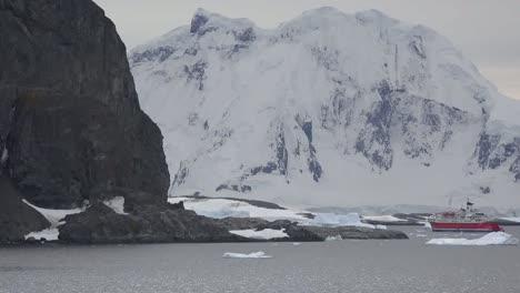 Expedición-Antártica-Barco-Y-Montaña-Blanca