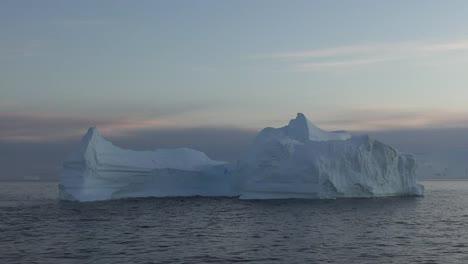 La-Antártida-Iceberg-Flotante-En-Sartenes-Y-Zooms-Matutinos-Antártida-Iceberg-Flotante-En-Sartenes-Y-Zooms-De-La-Mañana