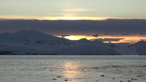 Antarctica-Ice-And-Sunlight-On-Water-At-Dawn