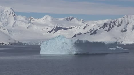 Antarctica-Iceberg-Going-By-Zooms-And-Pans