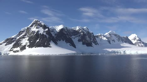Antarctica-Range-Of-Snowy-Mountains