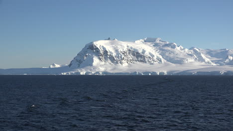 Antarctica-Snowy-Mountain-Ridge-Zoom-In