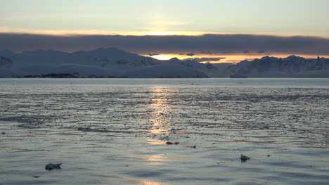Antarctica-Sunlight-On-Water-At-Dawn-Time-Lapse-Zooms-In