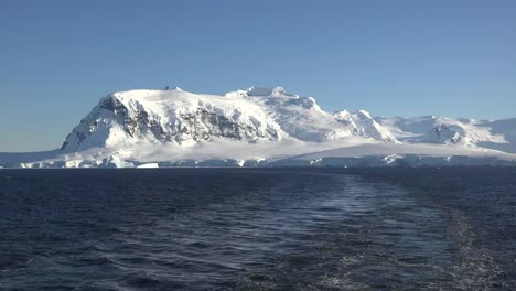 Antarctica-Wake-And-Snowy-Mountain-Neumayer-Channel